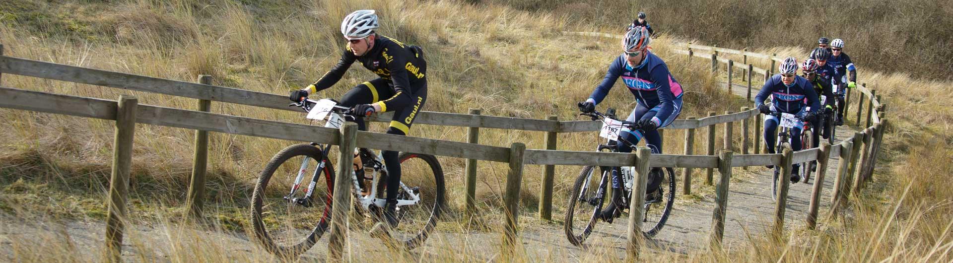 MTB Ameland persbericht: Mountainbikers uphill in de duinen van Ameland