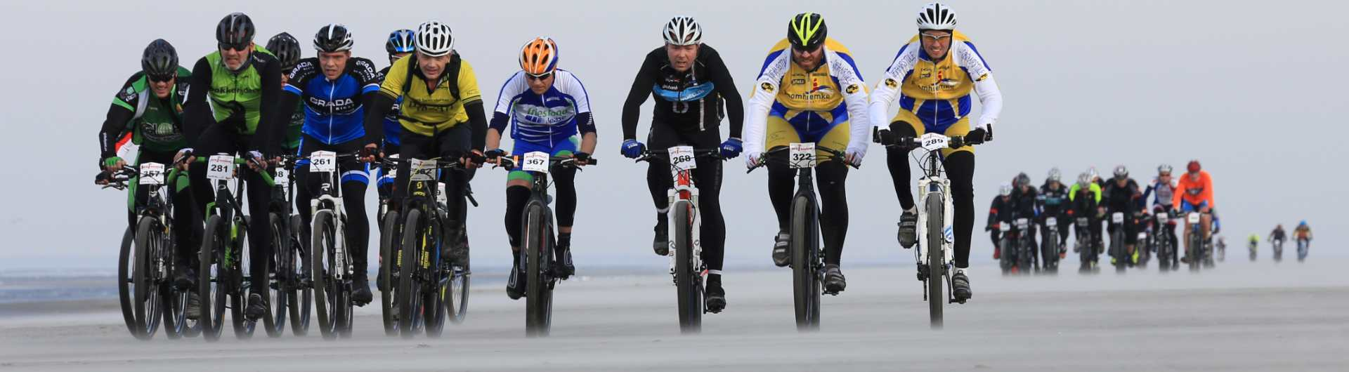 MTB Ameland beeldverslagen: Peloton MTB'ers racen over het strand van Ameland